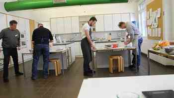 Acht Männer im Hauswirtschaftskurs des Bildungszentrums Wallierhof – und weshalb der Kurs überhaupt angeboten wird