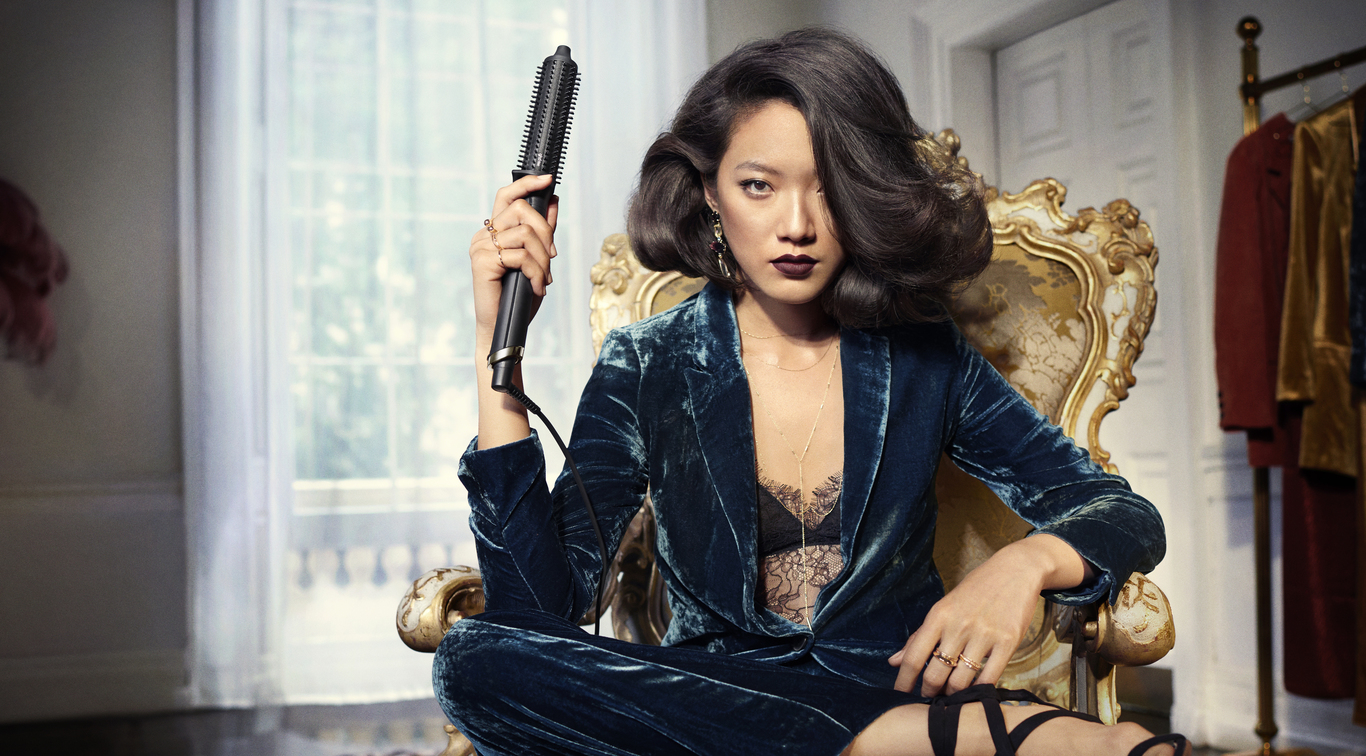 Introducing ghd's 1st SMART hot brush, the ghd rise™ delivers 2x more volume* from root to tip that lasts all day long. Featuring ultra-zone technology for long-lasting results with no extreme heat, achieve breath-taking body fit for a queen with the ghd rise™ volumizing hot brush.