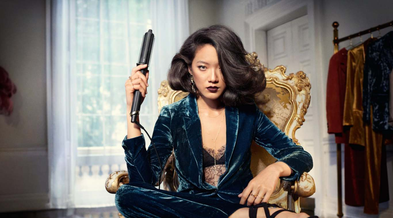 Introducing ghd's 1st SMART hot brush, the ghd rise delivers 2x more volume* from root to tip that lasts all day long. Featuring ultra-zone technology for long-lasting results with no extreme heat, achieve breath-taking body fit for a queen with the ghd rise™ volumizing hot brush.